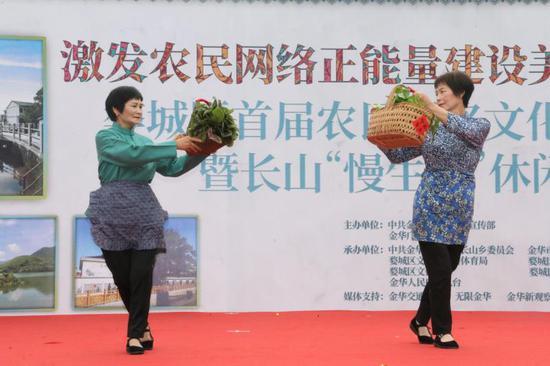 农民们将各式各样的农具挎上舞台走秀  婺城宣传部提供