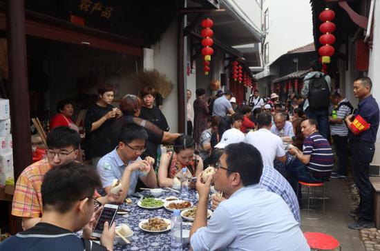 别开生面的长桌宴  婺城宣传部提供