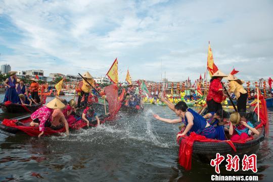 广西北海举行疍家婚礼 船队接亲船上拜堂