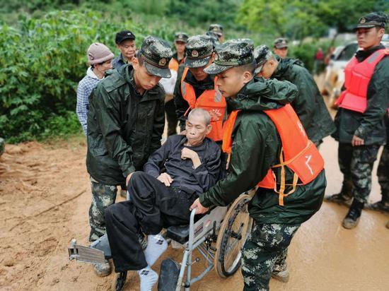 圖為武警官兵將幾名老人轉移到安全地帶。