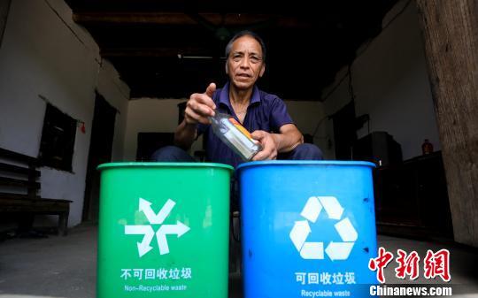 广西贫困山区农村推行垃圾分类 改善居住环境
