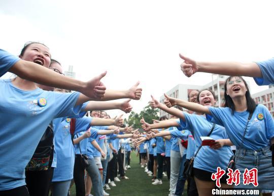 """广西高中推趣味减压""""套餐"""" 让学生笑迎高考"""