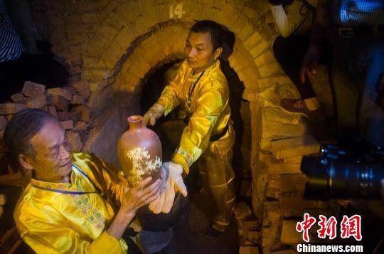 廣西欽州舉行千年古陶火祭大典 最長古龍窯開窯