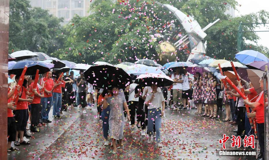 廣西北部山區學子雨中赴高考