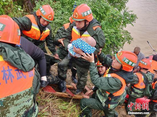广西北部多地遭遇洪灾数百人被困 武警官兵紧急救援
