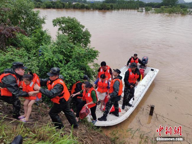 廣西北部多地遭遇洪災數百人被困 武警官兵緊急救援