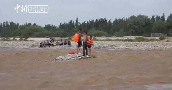"""游客河道""""寻宝""""被困 消防紧急救援"""