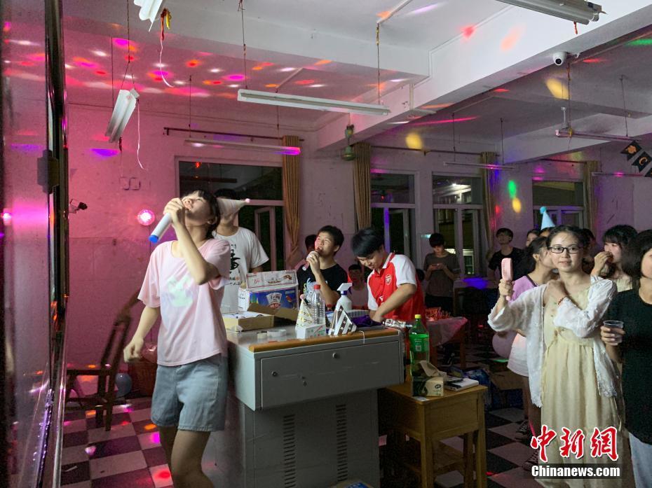 """廣西""""00后""""考生教室""""蹦迪""""""""K歌"""" 釋放高考壓力"""