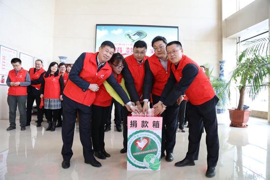 圖為新疆兵團分行團委開展向貧困地區公益捐款活動。