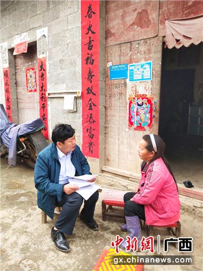 介廷乡卫生院院长赵献文(左)为贫困户家庭讲解签约事项。