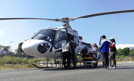 资料图:技术人员在北海正在为数字广西实景三维数据生产项目作业的直升机安装搭载航摄仪。易卫兵摄