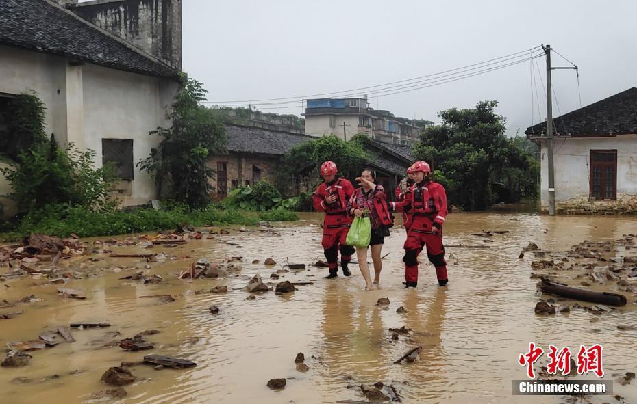 广西平乐县暴雨5人被困厂房宿舍 消防紧急营救