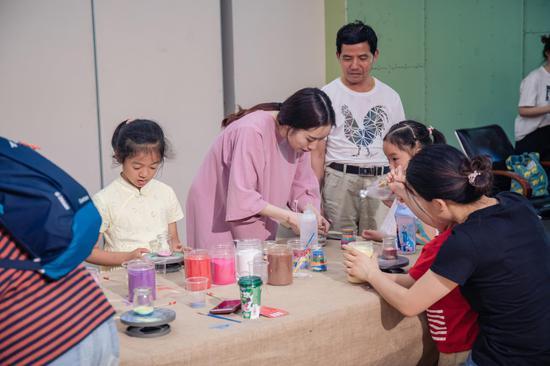 杭州学生第三届沙画作品展在杭州?#38469;?#39302;举行