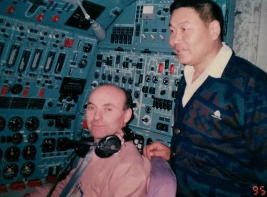 陳志榮(右一)在伊爾-86的駕駛艙。