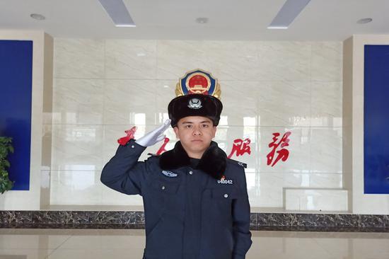 �闹�c到新疆 穿起制服他立志把根扎在�@片�嵬辽�
