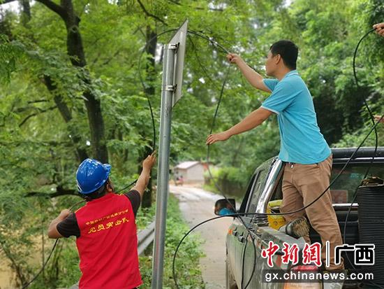 图为抢修人员正在布线。