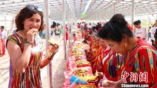新疆阿瓦提纳西甘甜瓜旅游节开幕 沙漠里吃瓜、刁羊、斗鸡