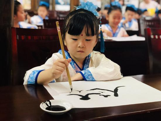"""浙江路桥学童体悟""""开蒙礼"""" 传统仪式开启"""