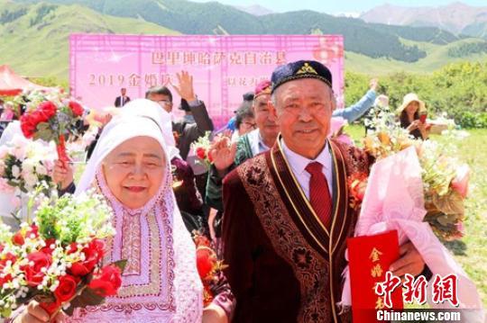 """新疆巴里坤大草原见证""""金婚老人""""的爱情故事"""