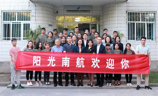 6月14日下午,新疆分公司新招收的20名扶贫地区员工抵达乌鲁木齐。郑京昶摄