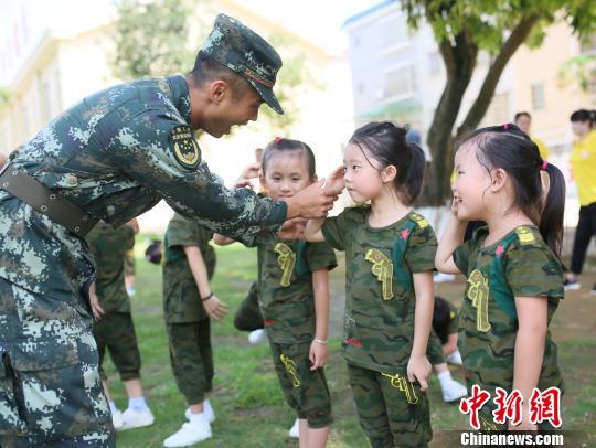 """开元棋牌网址北海""""萌娃""""进军营 零距离接受国防教育"""