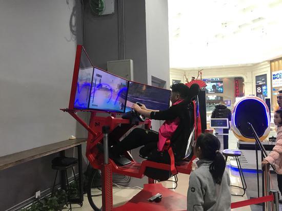 杭州市民正在某商场体验游戏。(资料图)  张斌 摄