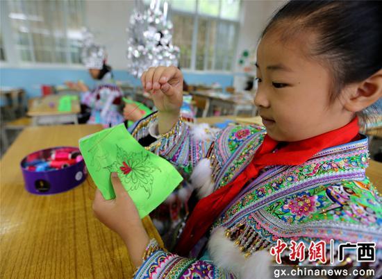 一名学生在学习刺绣。石峰 摄