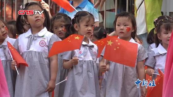 乌鲁木齐400余名小朋友玩快闪与教师同唱《我和我的祖国》
