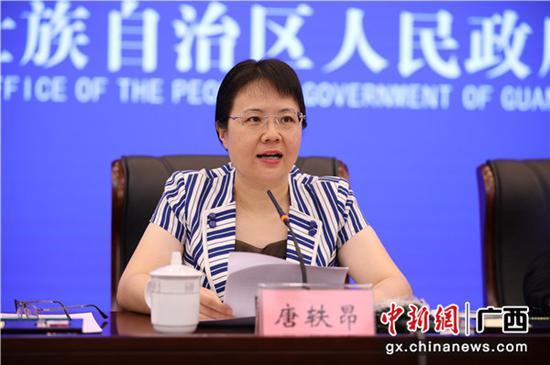 中共防城港市委常委、常務副市長唐軼昂出席新聞發布會。