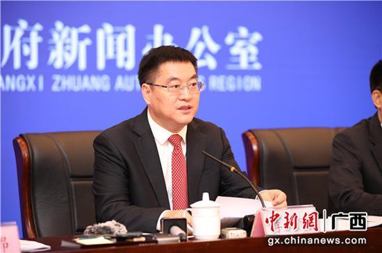 中共防城港市委書記、市人大常委會主任李延強出席新聞發布會并致辭。