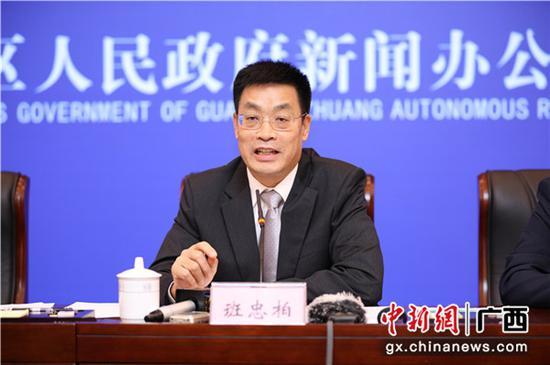 中共市委副書記、市長班忠柏介紹防城港市的經濟社會發展情況。