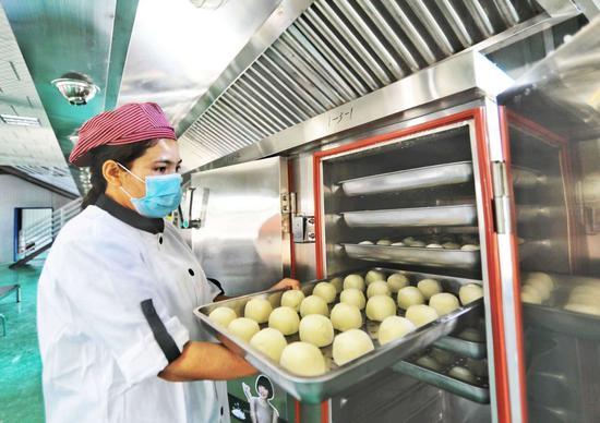 """新疆交通厅""""牵线搭桥""""助22名贫困家庭妇女进中央厨房"""
