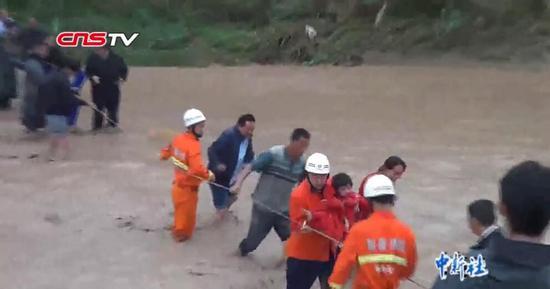 新疆和田:强降雨冲毁桥梁 36人被困