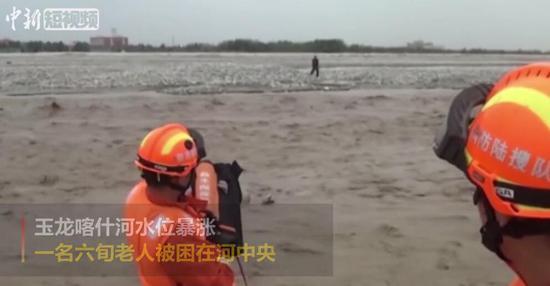 河水暴涨六旬老人被困孤岛 消防紧急救援
