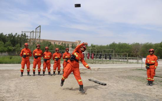 受家人鼓舞新消防员训练激情万丈。