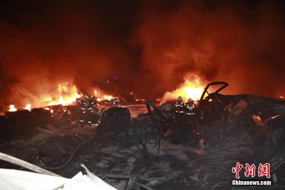 广西南宁一工业区仓库突发大火 百名消防员连夜驰援