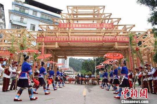 廣西三江大門上梁儀式 展侗族木構建魅力