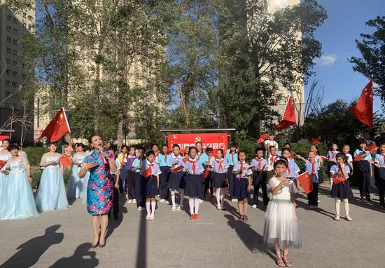 乌鲁木齐市春祥社区办主题快闪 76岁老人学艺3年献首演