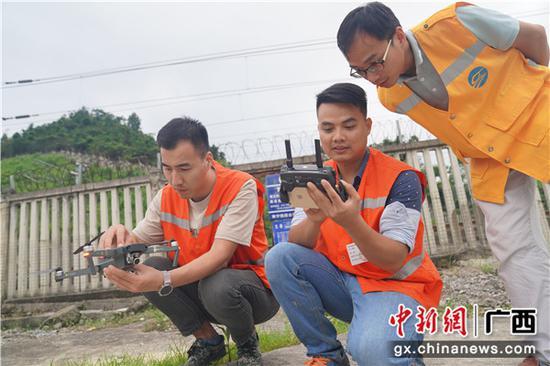 圖為無人機檢查完成,鐵路職工正在分析畫面數據。