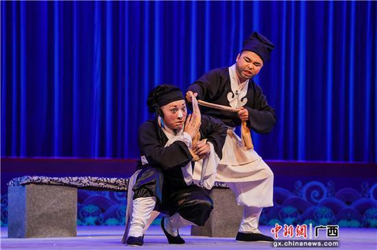 图为桂剧《十五贯》中娄阿鼠(杨钰钊饰)与尤葫芦打斗的一幕。