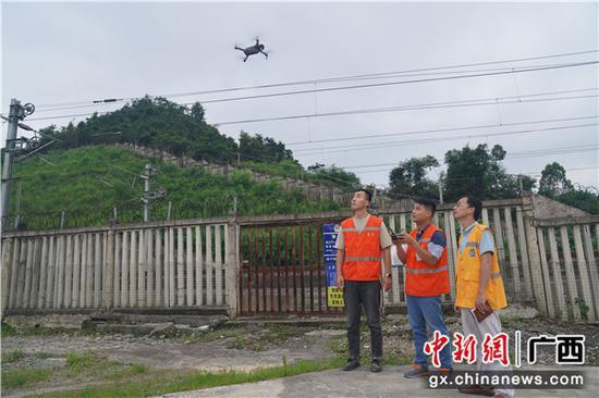 圖為鐵路職工正在利用無人機開展檢查。