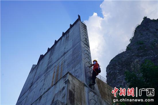圖為職工在檢查危石混凝土擋墻。