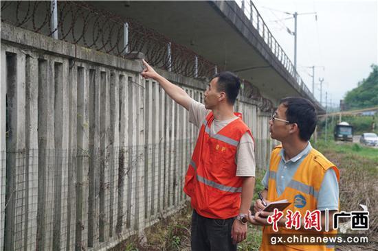 圖為鐵路職工檢查橋梁狀態。