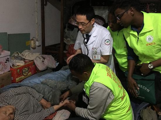 图为海外留学生进绍兴社区体验慢性病防治工作。 绍兴市人民医院供图