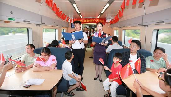 """""""列车上""""的主题党日活动。  沈克勤 摄"""
