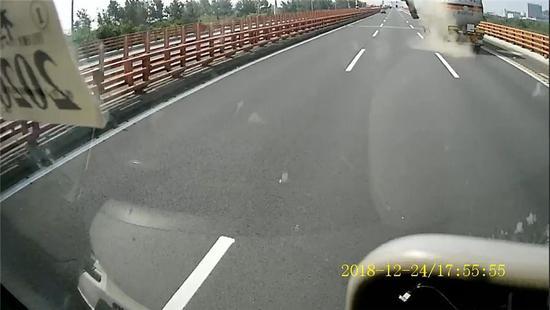 图为事故现场  宁波高速交警供图