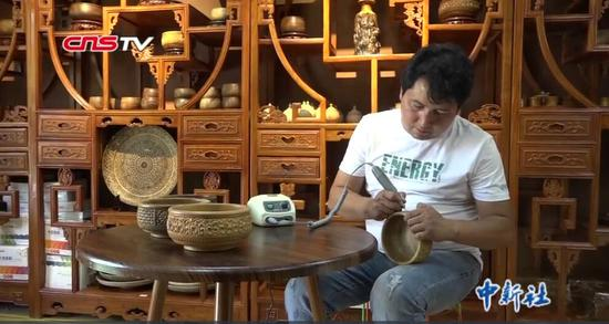 新疆小伙酷愛木雕 產品遠銷國內外