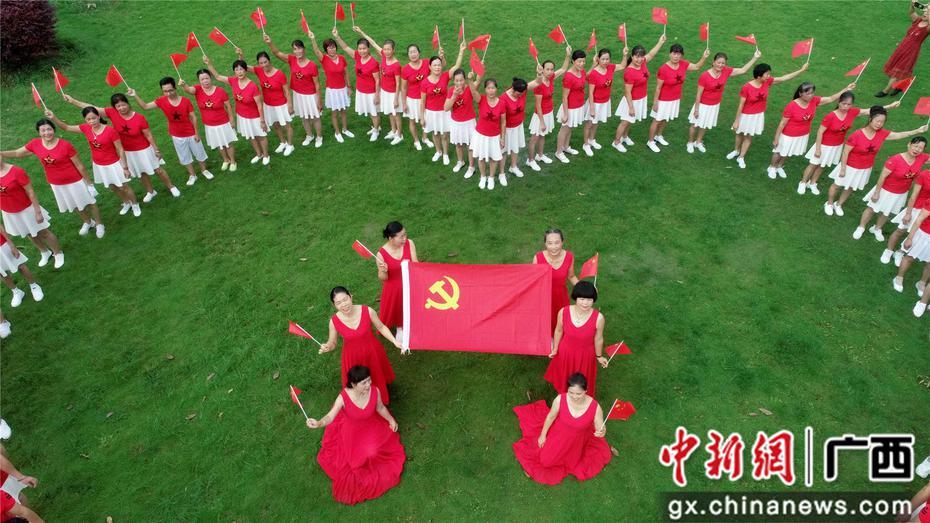 """廣西貧困山區市民唱紅歌慶""""七一"""""""