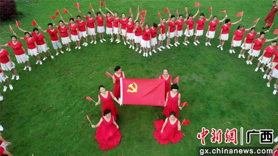 """广西贫困山区市民唱红歌庆""""七一"""""""