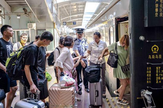 新疆鐵警全力確保暑期旅客運輸安全
